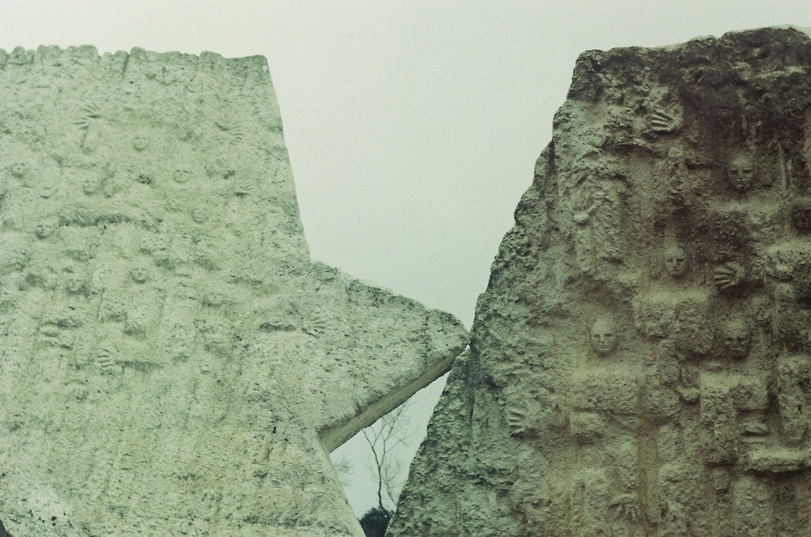 Spomenik streljanim đacima, detalji 2
