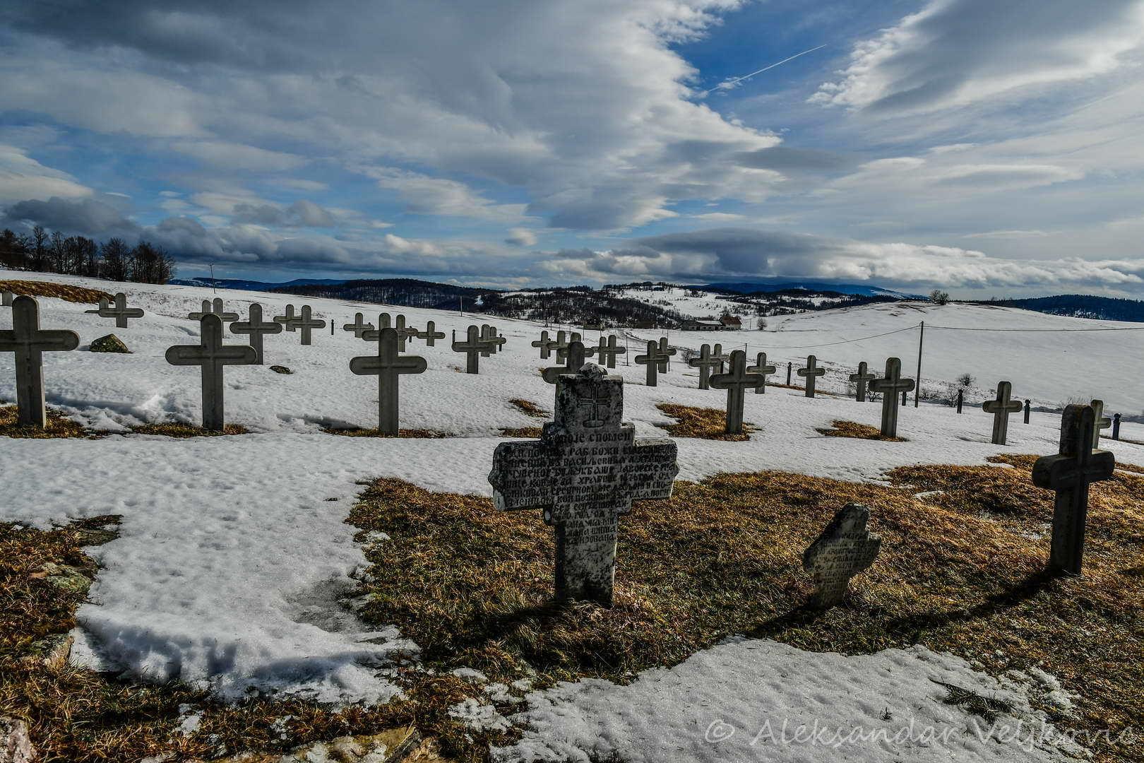 Spomen groblje na vrhu Javora