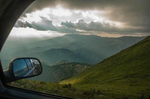 Bluealek Kroz prozor niz planinu