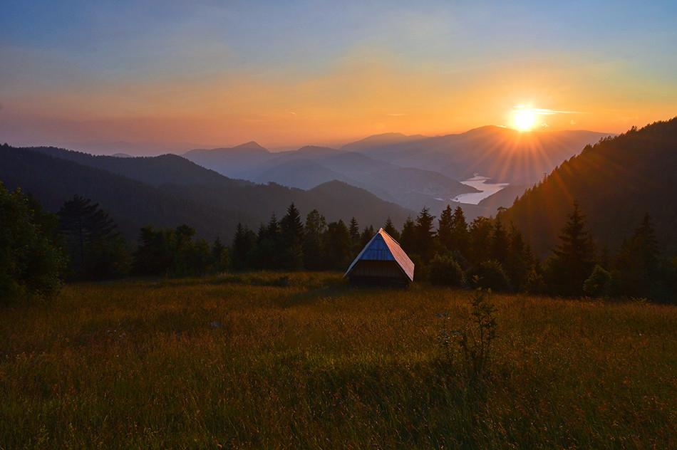 Tara-zalazak sunca iznad jezera.