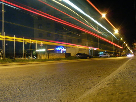 Dzonny Farovi automobila nocu