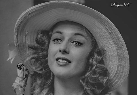 Grimasa Devojka sa šeširom