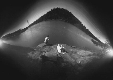 Hurikejn Pejzaz sa dvoje ljudi kraj vode