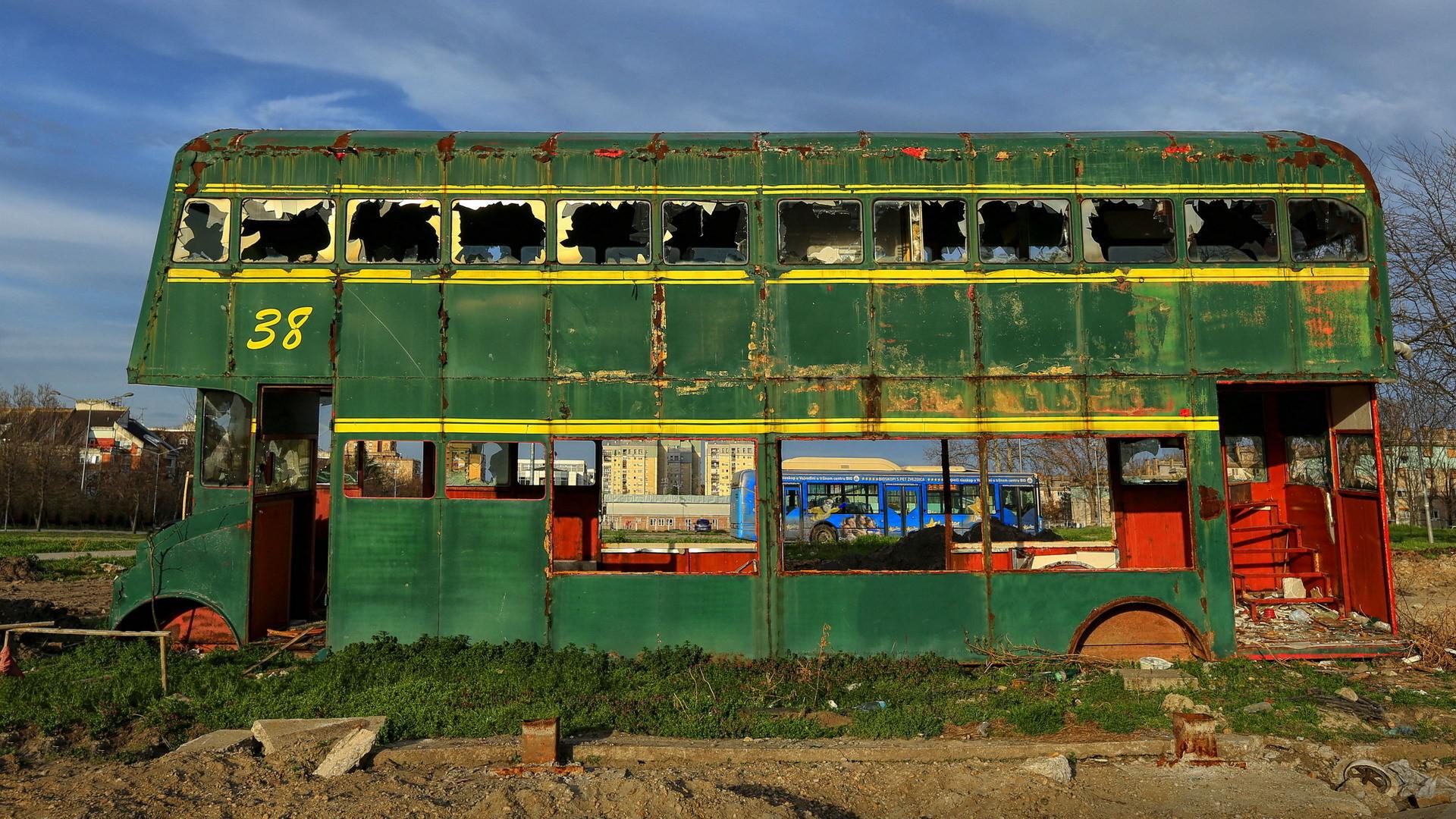 Zeleni autobus plave boje