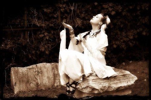 Ogimaster Djevojka na kamenu