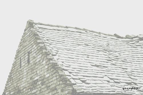 Pufta Oronuo stari krov prekriven snegom