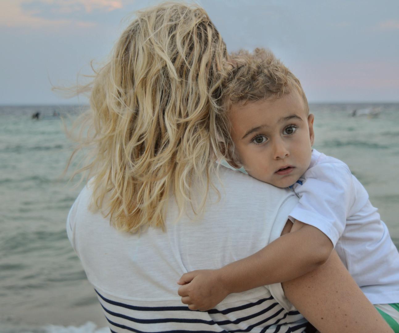U maminom zagrljaju