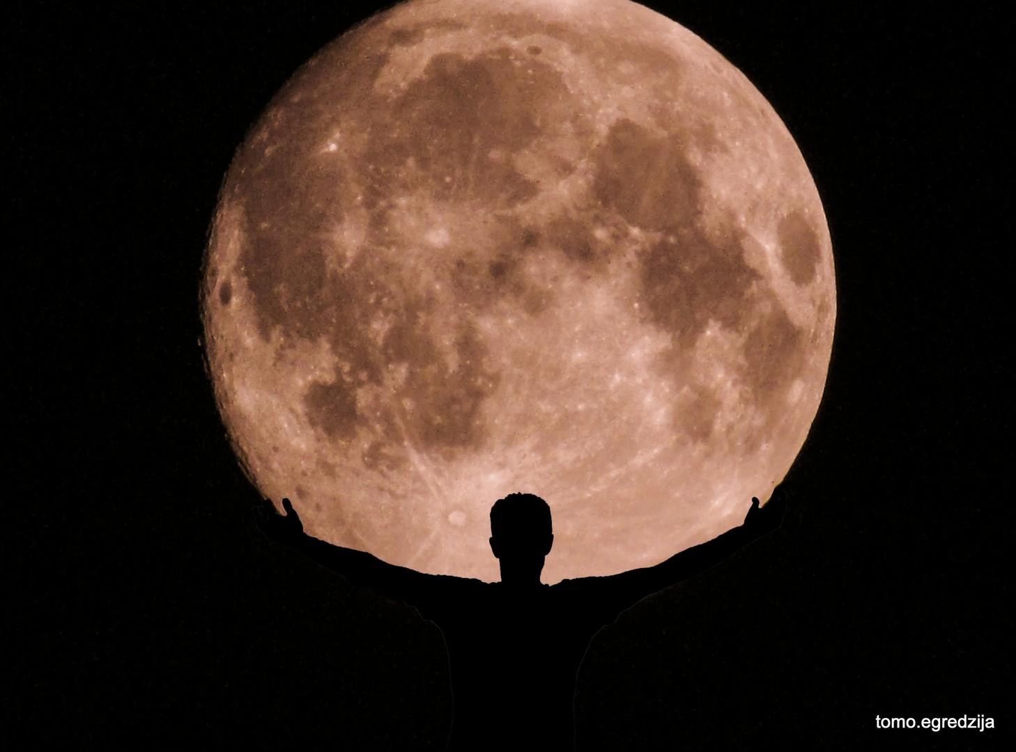 Mjesec u rukama