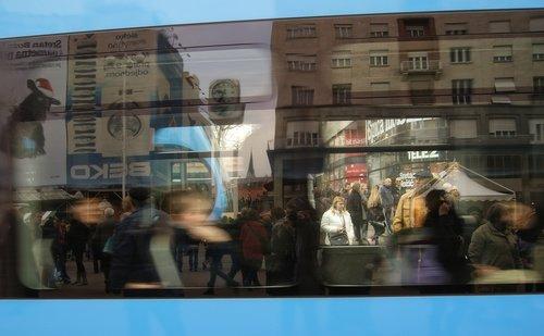 ladyjane dvostruka ekspozicija kroz tramvaj