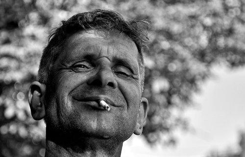 nagual čovjek koji se voli fotografisati sa cigaretom.JPG