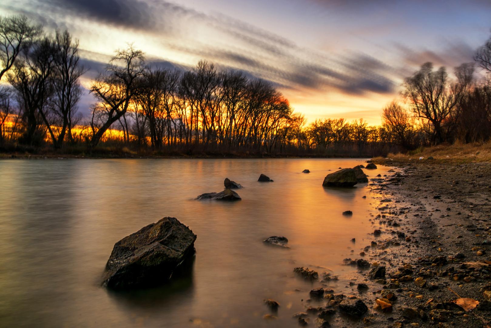 Zalazak na reci u decembru