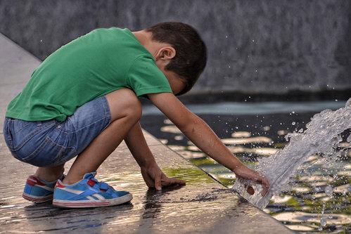 renatak dečak i voda