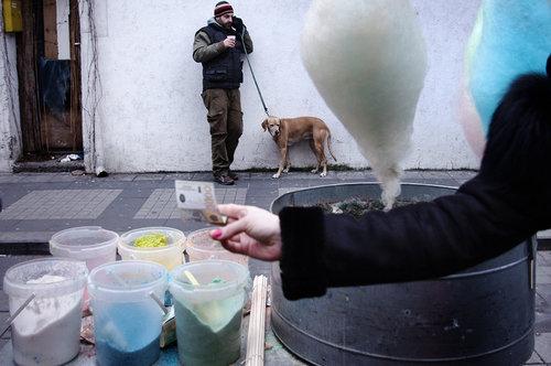 sunny čovek, pas, pena, ruka,  lova, ...nešto kao filmovi Petera Greenaway-a ;)